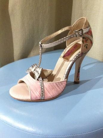Regina Tango Shoes Tangosolar esclusiva Torino ballare tango scarpe Modello Tokyo - Stampa a fiori su pelle invecchiata effetto retrò; plissettatura in chiffon rosa; pois grigio in raso imperiale di seta Tacco 10cm